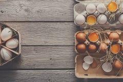 Ovos frescos na caixa no fundo de madeira rústico Fotos de Stock