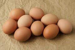 Ovos frescos no papel de envolvimento marrom foto de stock
