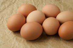 Ovos frescos no papel de envolvimento marrom fotografia de stock royalty free