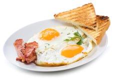 Ovos fritados com bacon e brindes Fotos de Stock