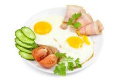 Ovos fritados com bacon e vegetais Fotografia de Stock