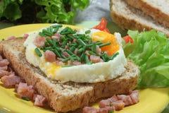 Ovos fritados com o presunto no brinde Fotografia de Stock