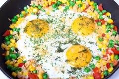 Ovos fritados com vegetais Foto de Stock
