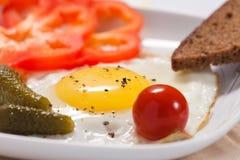 Ovos fritados com vegetais salgados e pão Fotografia de Stock Royalty Free