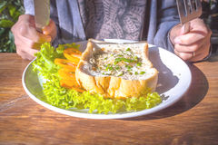 Ovos fritados e pão fotos de stock royalty free