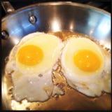 ovos fritados em uma bandeja Imagem de Stock