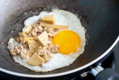 ovos fritados em uma bandeja Foto de Stock Royalty Free