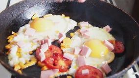 ovos fritados em uma bandeja filme