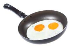 Ovos fritados em uma frigideira fotos de stock royalty free