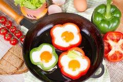 Ovos fritados em uma pimenta Fotografia de Stock