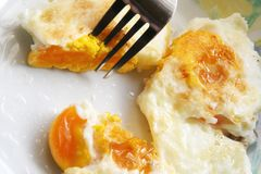 Ovos fritados em uma placa Café da manhã feito fresco imagem de stock royalty free