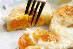 Ovos fritados em uma placa Café da manhã feito fresco foto de stock