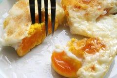 Ovos fritados em uma placa Café da manhã feito fresco fotos de stock