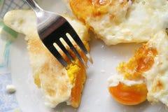 Ovos fritados em uma placa Café da manhã feito fresco fotografia de stock royalty free