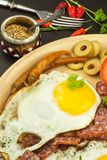 Ovos fritados em uma placa Um café da manhã entusiasta para atletas Alimento saudável Fotos de Stock Royalty Free