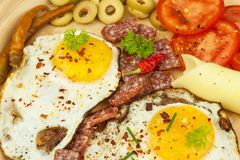 Ovos fritados em uma placa Um café da manhã entusiasta para atletas Alimento saudável Imagem de Stock Royalty Free