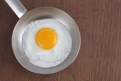 Ovos fritados na bandeja Fotos de Stock