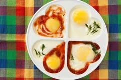 Ovos fritados na forma do coração Imagens de Stock Royalty Free