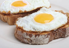 Ovos fritados no brinde Fotos de Stock