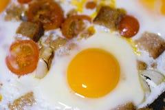 Ovos fritados perto acima imagem de stock