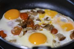 Ovos fritados perto acima fotos de stock royalty free