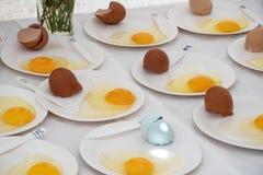 Ovos fritos ar livre que estão sendo entrados na competição Imagens de Stock