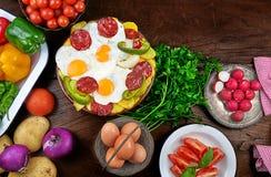 Ovos fritos, chouriço, batatas fritadas, pimenta verde e cebola imagens de stock royalty free