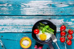 Ovos fritos com aspargus Fotos de Stock