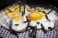 Ovos fritos com pregos curvados Imagens de Stock