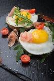 Ovos fritos com prosciutto e rúcula Imagem de Stock