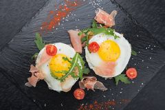 Ovos fritos com prosciutto e rúcula Foto de Stock Royalty Free