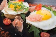 Ovos fritos com prosciutto e rúcula Imagens de Stock Royalty Free