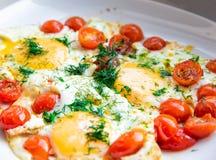 Ovos fritos com tomates de cereja Imagens de Stock