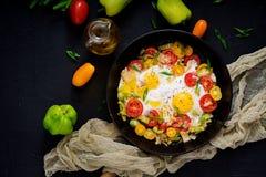 Ovos fritos com vegetais - shakshuka em uma frigideira Foto de Stock Royalty Free