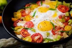 Ovos fritos com vegetais - shakshuka em uma frigideira Fotografia de Stock Royalty Free