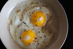 Ovos fritos de 2 ovos em uma frigideira Prato ensolarado quente Imagem de Stock
