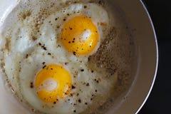 Ovos fritos de 2 ovos em uma frigideira Prato ensolarado quente Imagem de Stock Royalty Free