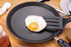 Ovos fritos em uma bandeja A bandeja está em uma tabela de madeira Vista do abo fotografia de stock royalty free