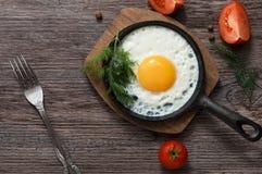 Ovos fritos em uma frigideira Alimento Alimento saudável do café da manhã fotografia de stock