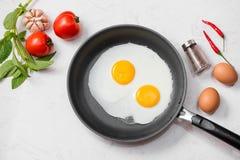 Ovos fritos em uma frigideira com tomates e pão de cereja para o Br Imagem de Stock