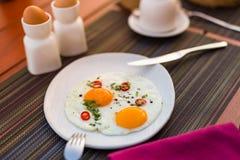 Ovos fritos na tabela A instalação elegante à moda da tabela da manhã para a refeição saudável do café da manhã do café da manhã  Imagens de Stock Royalty Free