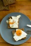 Ovos fritos no brinde Imagens de Stock