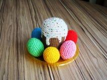 Ovos & kuliches feitos malha coloridos fotos de stock royalty free