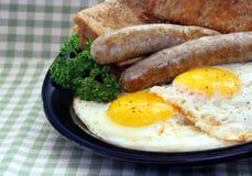 Ovos laterais ensolarados com salsicha Fotos de Stock