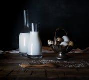 Ovos, leite e manteiga orgânicos frescos, ainda vida no estilo rústico, fundo de madeira do vintage Imagem de Stock