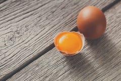 Ovos marrons da galinha fresca na madeira rústica, conceito do cultivo orgânico Imagens de Stock