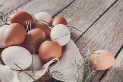 Ovos marrons da galinha fresca na madeira rústica, conceito do cultivo orgânico Imagem de Stock
