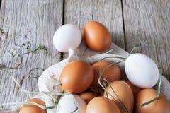 Ovos marrons da galinha fresca na madeira rústica, conceito do cultivo orgânico Fotografia de Stock Royalty Free