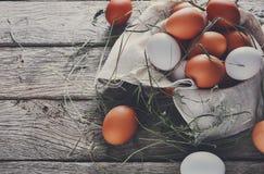 Ovos marrons da galinha fresca na madeira rústica, conceito do cultivo orgânico Fotografia de Stock