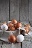 Ovos marrons da galinha fresca na madeira rústica, conceito do cultivo orgânico Fotos de Stock Royalty Free